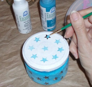 painting stars on lid